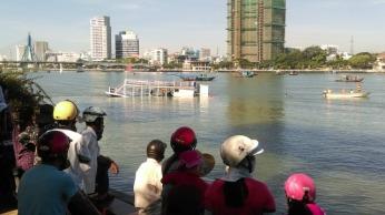Tàu Hải Vân 2 bị nạn  được kéo về bờ đông sông Hàn để điều tra. Ảnh: báo Đà Nẵng.