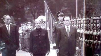 TBT Đỗ Mười, CTN Lê Đức Anh đón tiếp TBT ĐCS Trung Quốc, Giang Trạch Dân, tại Hà Nội ngày 19-11-1994. Nguồn: Văn phòng Báo chí Quốc vụ viện TQ. China Intercontinental Press, 2003