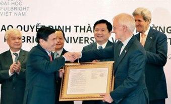 Ông Bob Kerrey (thứ hai từ phải sang) tại Lễ trao quyết định thành lập Đại học Fullbright Việt Nam ngày 25/5/2016 ở TPHCM. Ảnh: fetp.edu.vn