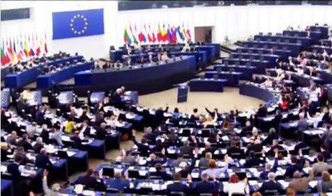 Bản dự thảo Quyết Nghị chung của 6 chính đảng tố cáo Việt Nam vi phạm nghiêm trọng nhân quyền và tự do tôn giáo tại Việt Nam đã được đem ra thảo luận trước khoáng đại Quốc hội Châu Âu ở Strasbourg sáng thứ năm 9-6-2016. Photo: Ỷ Lan, RFA