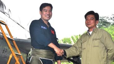 Thiếu tá phi công Nguyễn Hữu Cường (trái). Ảnh: báo Thanh Niên