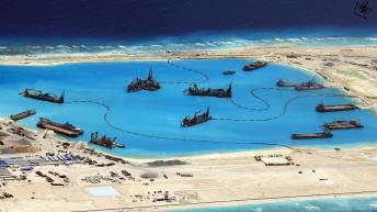 Trung Quốc đang xây đảo nhân tạo trên Biển Đông. Nguồn: Financial Times