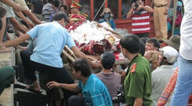 Ngư dân đưa thi thể ông Trương Đình Bảy ngụ tại Bình Sơn, Quảng Ngãi ngư dân tàu QNg 95861 bị bắn chết tại Trường Sa hồi cuối Tháng Mười Một, 2015, lên bờ. (Hình: VOV)