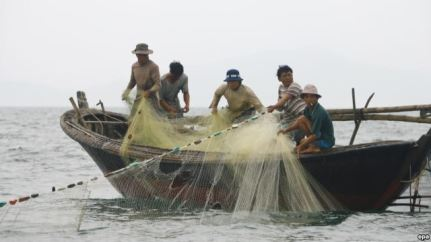 Ngư dân Việt Nam đánh cá ngoài khơi Biển Đông. Ngư dân Việt Nam đánh cá ngoài khơi Biển Đông. Ảnh: EPA