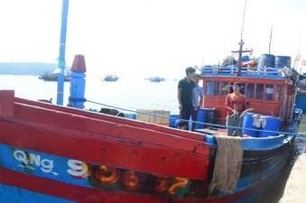 Tàu cá của ngư dân Quảng Ngãi bị tàu Trung Quốc tấn công, bắt chuyển toàn bộ hải sản bắt được sang tàu Trung Quốc. Ảnh: internet