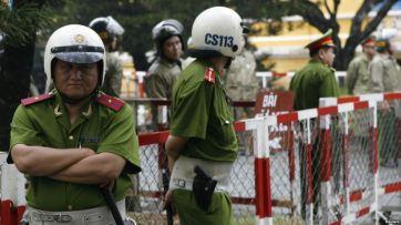 Ảnh minh họa: Cảnh sát đứng canh gác trước tòa án nhân dân thành phố HCM. Ảnh: Reuters.