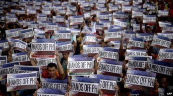 Người dân Philippines biểu tình trước cơ quan ngoại giao của Trung Quốc ở Manila hôm 12/6 nhân ngày độc lập của nước này. Ảnh: AFP