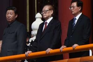 Lần cuối cùng ông Giang Trạch Dân (giữa) xuất hiện cùng Chủ tịch Trung Quốc Tập Cận Bình tại duyệt binh kỷ niệm 70 năm kháng chiến chống Nhật của Trung Quốc trên Quảng trường Thiên An Môn năm 2015.
