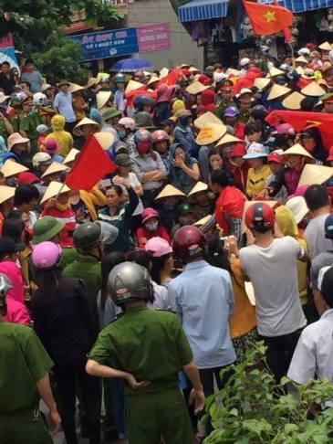 Ngư dân Quảng Bình xuống đường biểu tình, đòi chính phủ công bố nguyên nhân cá chết hàng loạt. Ảnh: Facebook.