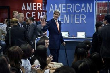 Ngoại trưởng Mỹ John Kerry đến để nói về Đại học Fulbright trong một sự kiện tại Trung tâm Hoa Kỳ tại Đại sứ quán Mỹ tại Hà Nội ngày 07 tháng tám năm 2015. Photo: AFP
