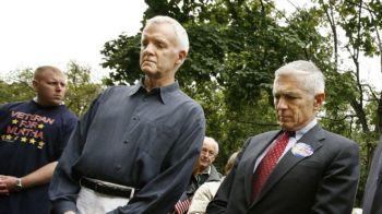 Ông Bob Kerrey (trái) trong một buổi đặt vòng hoa tại khu tưởng niệm chiến tranh ở Johnstown, Pennsylvania, năm 2006. Ảnh: Getty