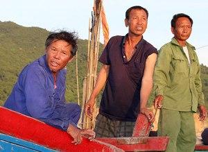 Ngư dân Lệ (mặc áo màu xanh) Những ngư dân không tên đã cứu phi công Nguyễn Hữu Cường. Ảnh: