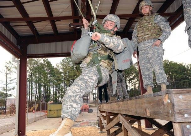Lính thực tập tháo đai. Nguồn: FB Mai Bá Kiếm/ internet