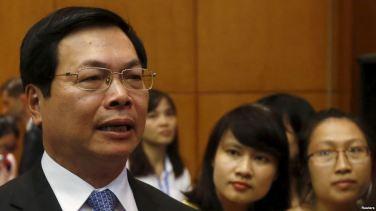 Bộ trưởng Bộ Công Thương Vũ Huy Hoàng (trái) phát biểu trước truyền thông sau một cuộc họp báo ở Hà Nội, ngày 4 tháng 8 năm 2015. Ảnh: Reuters.