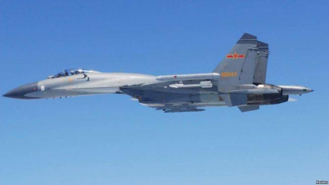 Máy bay chiến đấu SU-27 của Trung Quốc bay ngang qua biển Hoa Đông giữa năm 2014. Ảnh: Reuters.