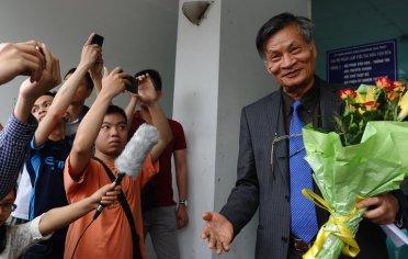 Ông Nguyễn Quang A với những người ủng hộ ông vào tháng 4 ở Hà Nội, Việt Nam. Ông được mời đến gặp Tổng thống Obama, nhưng công an đã ngăn cản ông. Ảnh: Hoàng Đình Nam/ AFP/ Getty