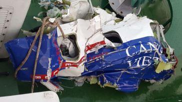 Hình ảnh mảnh vỡ của chiếc máy bay tuần thám CASA 212 8983 của cảnh sát biển Việt Nam. Ảnh: EPA