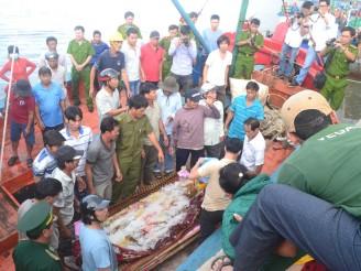 Nhiều người đau đớn khi nhìn thi thể ngư dân Bảy được đưa lên bờ