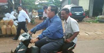 Thủ tướng Campuchia Hun Sen lái xe máy không đội mũ bảo hiểm. Ảnh: Khmer Times