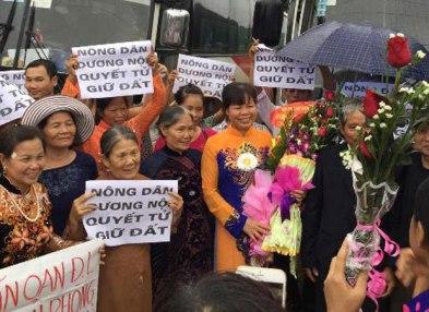 Bà con Dương Nội mừng bà Cấn Thị Thêu ra tù hôm 25/4/2015. Ảnh: TNCG