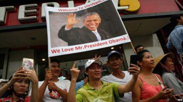 Người đân đổ ra đường chào đón Tổng thống Barack Obama ở Tp. Hồ Chí Minh, ngày 24 tháng 5 năm 2016. Ảnh: EPA