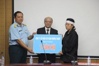 Ông Trần Ngọc Lương và Đại tá Nguyễn Việt Hùng, Bí thư Đảng ủy, Chính ủy Sư đoàn Không quân 371 trao tặng căn hộ tượng trưng cho chị Trần Thị Hà (vợ Đại tá Trần Quang Khải)