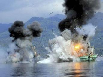 Tàu đánh cá nước ngoài bị Indonesia bắn cháy. Ảnh: Reuters.