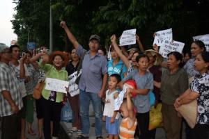 Trịnh Bá Phương (mặc quần jeans, đứng giữa) cùng bà con dân oan. Nguồn: FB