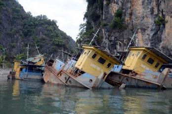 """Những """"tàu ma"""" của Vinashin đang chìm dần ngoài Vịnh Hạ Long. Ảnh: internet"""