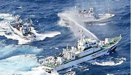 Cuộc chiến Việt - Trung bằng vòi rồng diễn ra trên Biển Đông 2 năm trước. Ảnh: internet