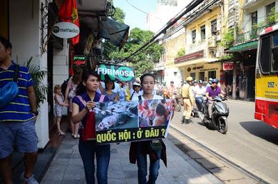 Biểu tình đòi minh bạch thông tin ở Hà Nội, 5/6/2016. Ảnh: Trịnh Minh Hiển