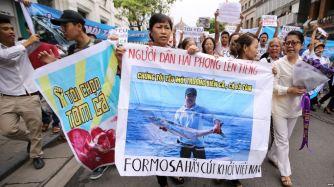 Người dân xuống đường biểu tình ở Hà Nội phản đối vụ cá chết hàng loạt ở các tỉnh miền trung, ngày 1/5/2016. Ảnh: EPA