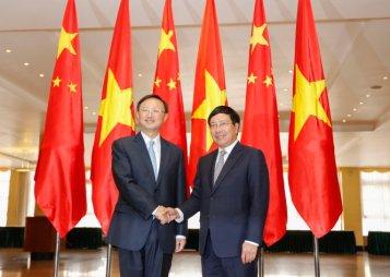 Ủy viên Quốc vụ Trung Quốc Dương Khiết Trì (trái) bắt tay Phó Thủ tướng Phạm Bình Minh tại Hà Nội ngày 27-6 - Ảnh: VIỆT DŨNG/ TT