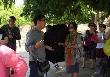 Xue Chun Zhe xuyên tạc lịch sử Việt Nam khi dẫn đoàn khách Trung Quốc tham quan chùa Linh Ứng. Ảnh: Hướng dẫn viên du lịch tiếng Trung cung cấp.