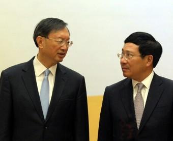 Dương Khiết Trì (trái) gặp Phạm Bình minh ở Hà Nội ngày 27-6-2016. Ảnh: Hoang Dinh Nam/ Getty Images