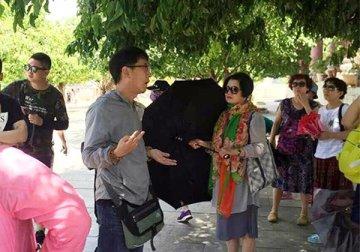 Ông Xue Chun Zhe xuyên tạc lịch sử Việt Nam khi dẫn đoàn khách Trung Quốc tham quan chùa Linh Ứng. Hình: VNExpress