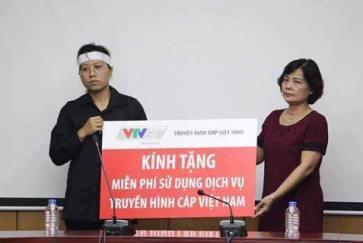 """Bức ảnh chụp cảnh nữ đại diện Truyền hình Cáp Việt Nam (VTVCab) trao cho người vợ cố Đại tá Khải tấm biển tượng trưng món quà với dòng chữ to đùng """"Kính tặng miễn phí sử dụng dịch vụ Truyền hình Cáp Việt Nam"""". ------------ Xem thêm: Sao chà đạp lên nỗi đau để PR?, http://vietbao.vn/Xa-hoi/Sao-cha-dap-len-noi-dau-de-PR/2147686373/157/ Tin nhanh Việt Nam ra thế giới vietbao.vn"""