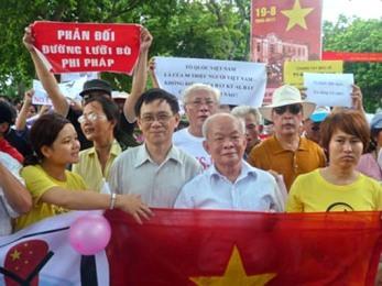 Nhà văn Nguyên Ngọc xuống đường biểu tình mùa hè 2012. Ảnh: internet
