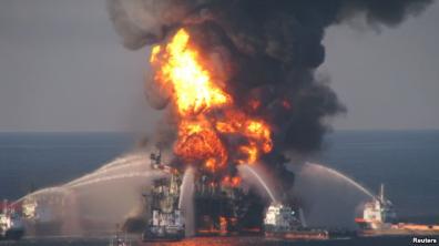 Giàn khoan dầu bị cháy tại Vịnh Mexico hồi năm 2010. Ảnh: Reuters