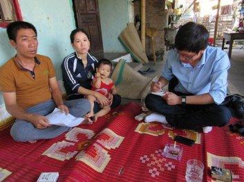 Ông Võ Văn An (trái) thuyền trưởng tàu đánh cá mang số hiệu QB 93694 đang bị Trung Quốc tạm giữ. Hình: Người Lao Động.