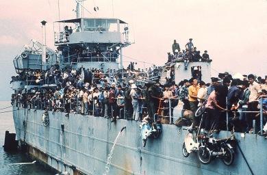 Hơn 7000 người chạy tị nạn từ Cam Ranh đến Vũng Tàu trên chiếc tàu HQ 504 hồi tháng 4/1975. Nguồn: Flickr/ Mạnh Hải