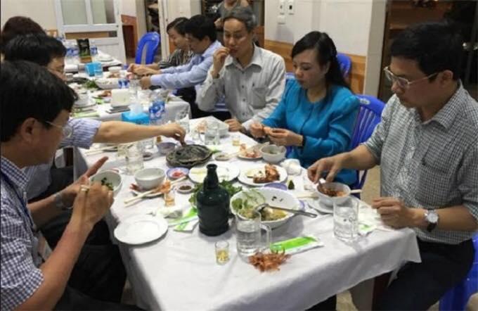 Bà Bộ trưởng Kim Tiến đang ăn uống ở Hà Tĩnh. Nguồn: internet