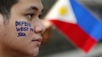 Người Philippines biểu tình phản đối trước Lãnh sự quán Trung Quốc tại Makati City. Ảnh: EPA
