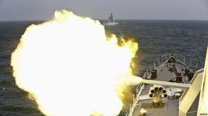 Tàu của hải quân Trung Quốc nã pháo trong một cuộc tập trận chung năm 2014. Ảnh: Reuters.