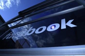 Logo facebook bên ngoài một buổi họp báo Facebook Innovation Hub tại Berlin hôm 24/2/2016.