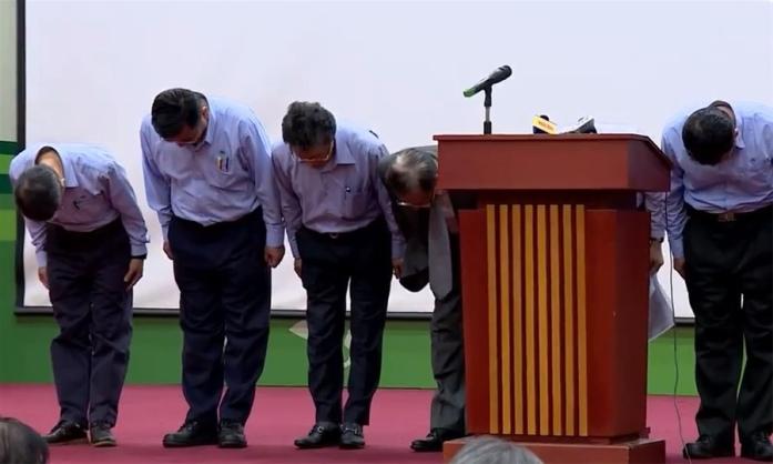 Lãnh đạo Formosa cúi đầu xin lỗi. Ảnh: internet