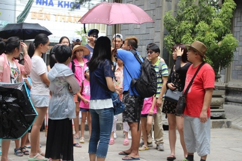 Người Trung Quốc (áo xanh, dép lê...) thuyết minh trái phép ở chùa Long Sơn (TP Nha Trang) lúc 11h10 ngày 5/7 - Ảnh: Viết Hảo