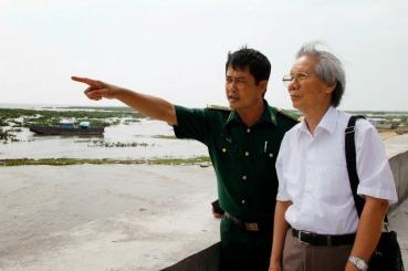Nhà văn Hoàng Quốc Hải (áo trắng) trong một lần đi thực địa vùng duyên hải. Ảnh: Internet.
