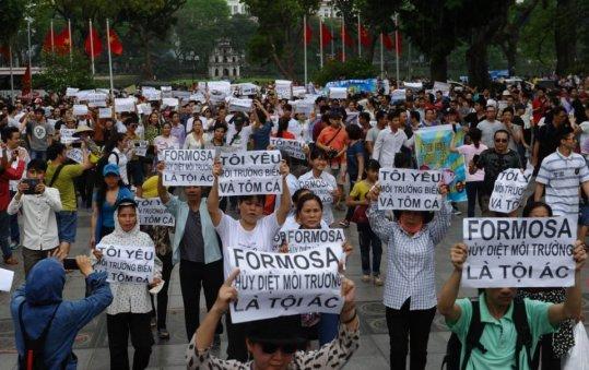 Dân Hà Nội biểu tình ngày 1 tháng 5, 2016 chống công ty gang thép Formosa xả chất độc giết biển Việt Nam. (Hình: Hoang Dinh Nam/AFP/Getty Images)