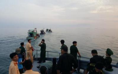 Lực lượng chức năng tỉnh Kiên Giang tiếp cận kiểm tra các phương tiện đánh bắt trên biển sáng 3/7 - Ảnh: TTO